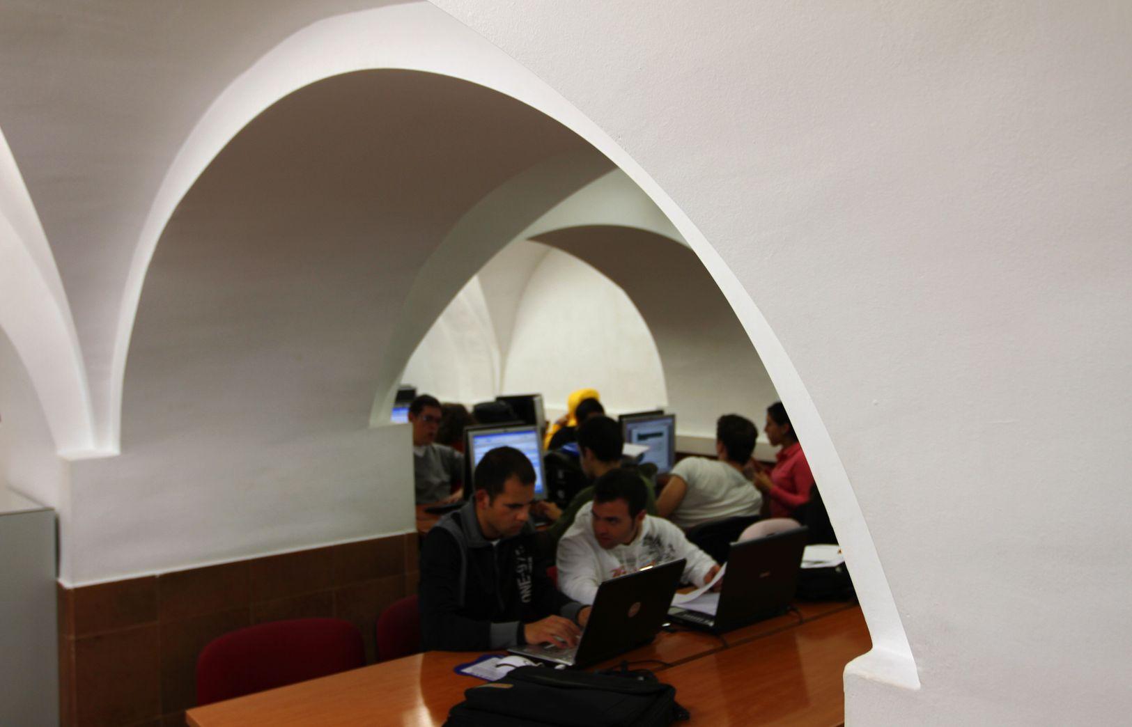 Hemeroteca estudiantes estudiando blanca_result.jpg