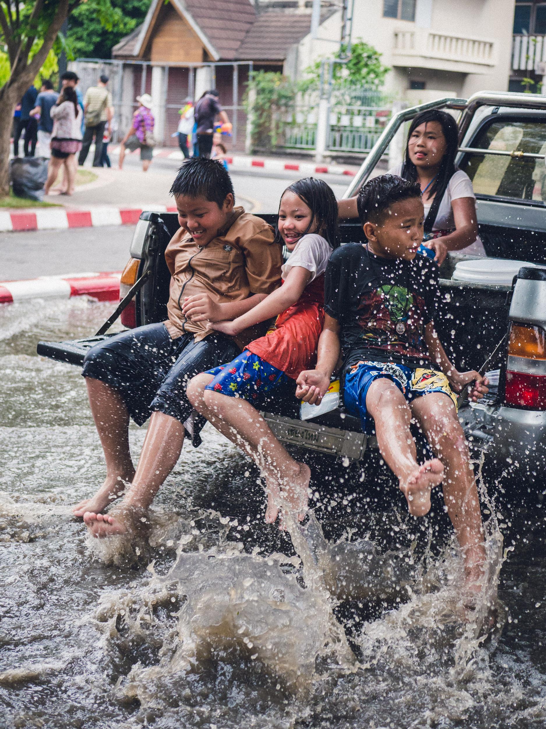 _18 Kids back of car splashing water Chang Mai.jpg