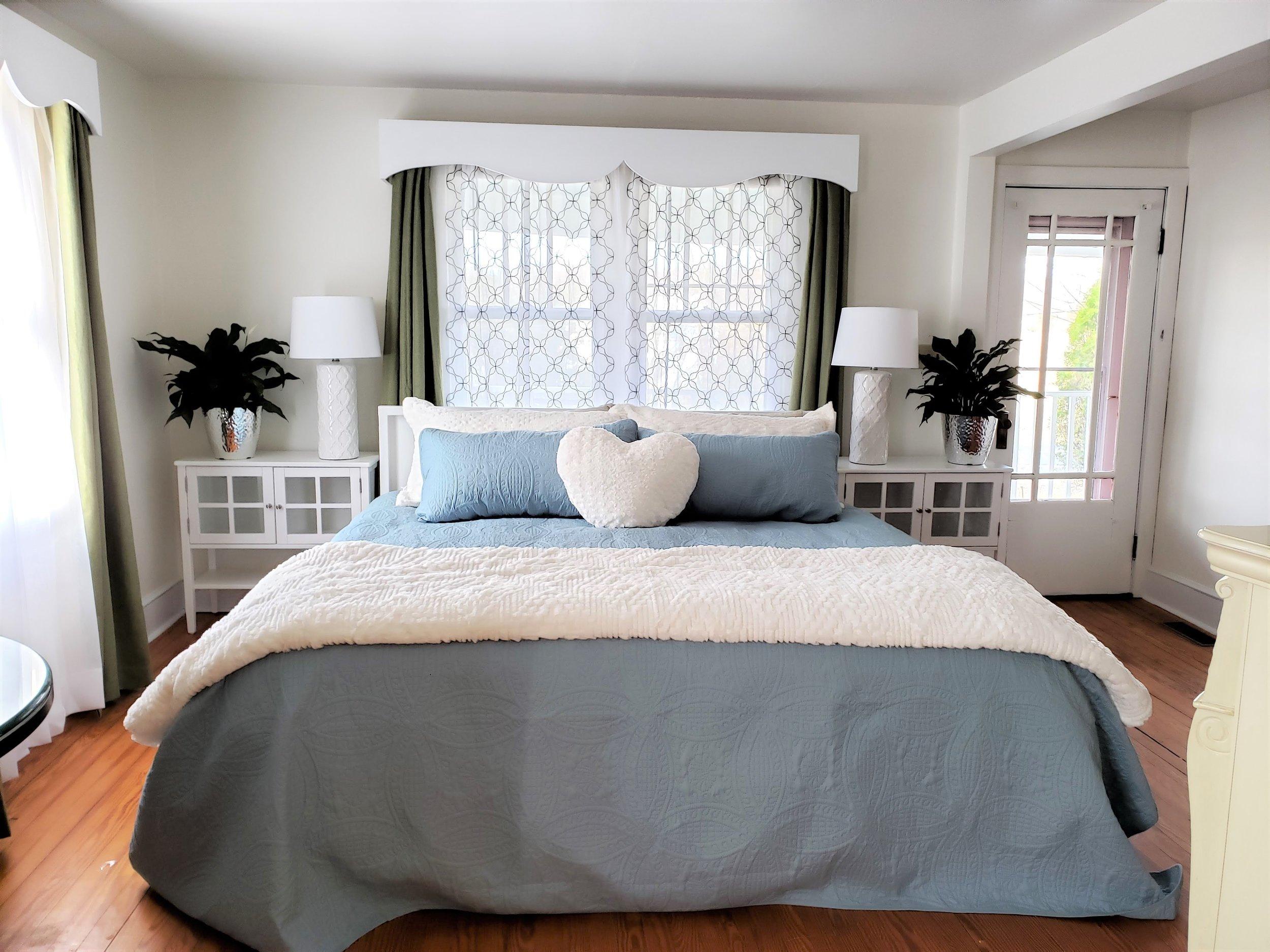 King bed at Swan Cottage.jpg
