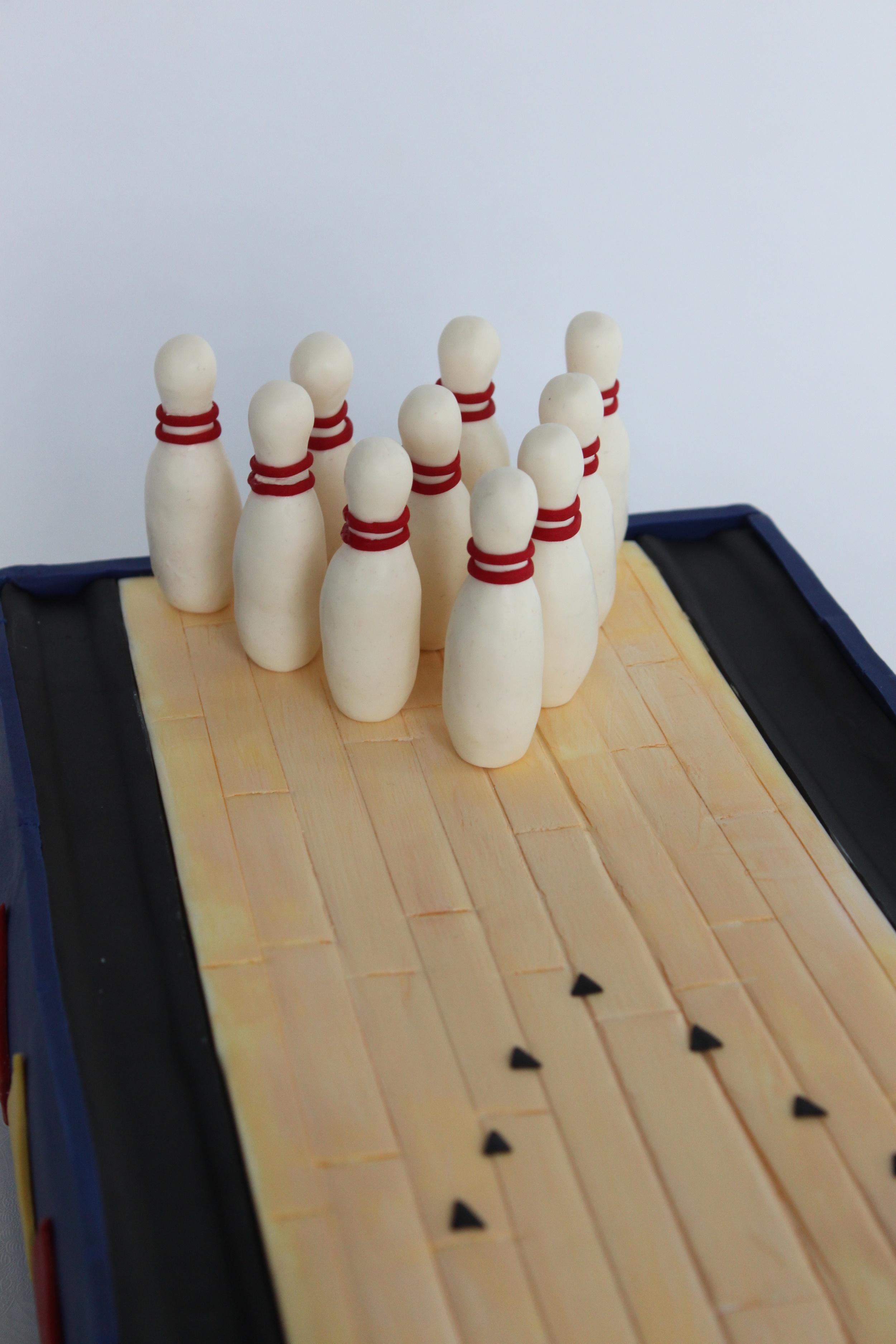 bowling cake pins close 8559.jpg