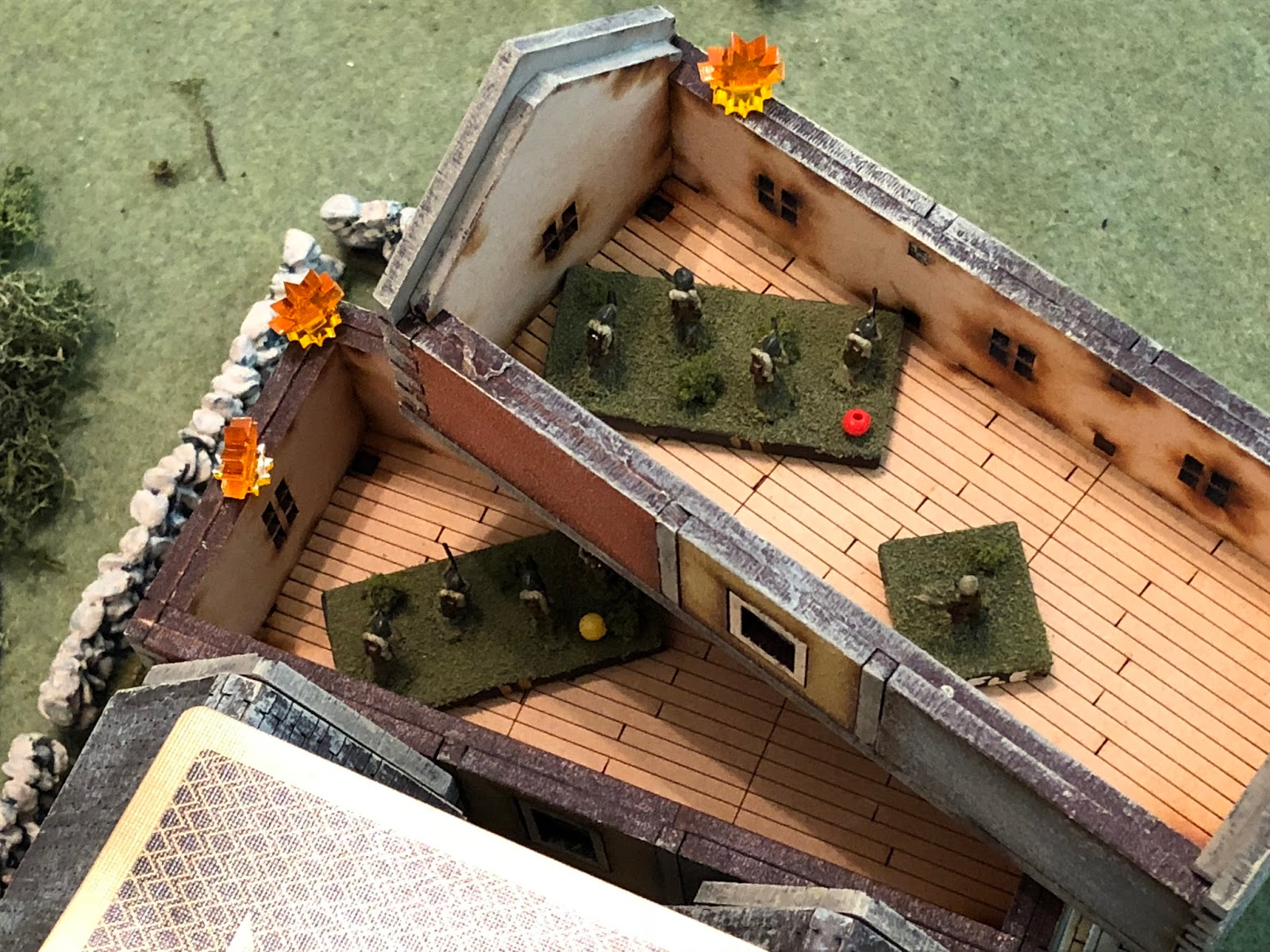 Pinning the enemy squad on the 2nd floor (yellow bead).
