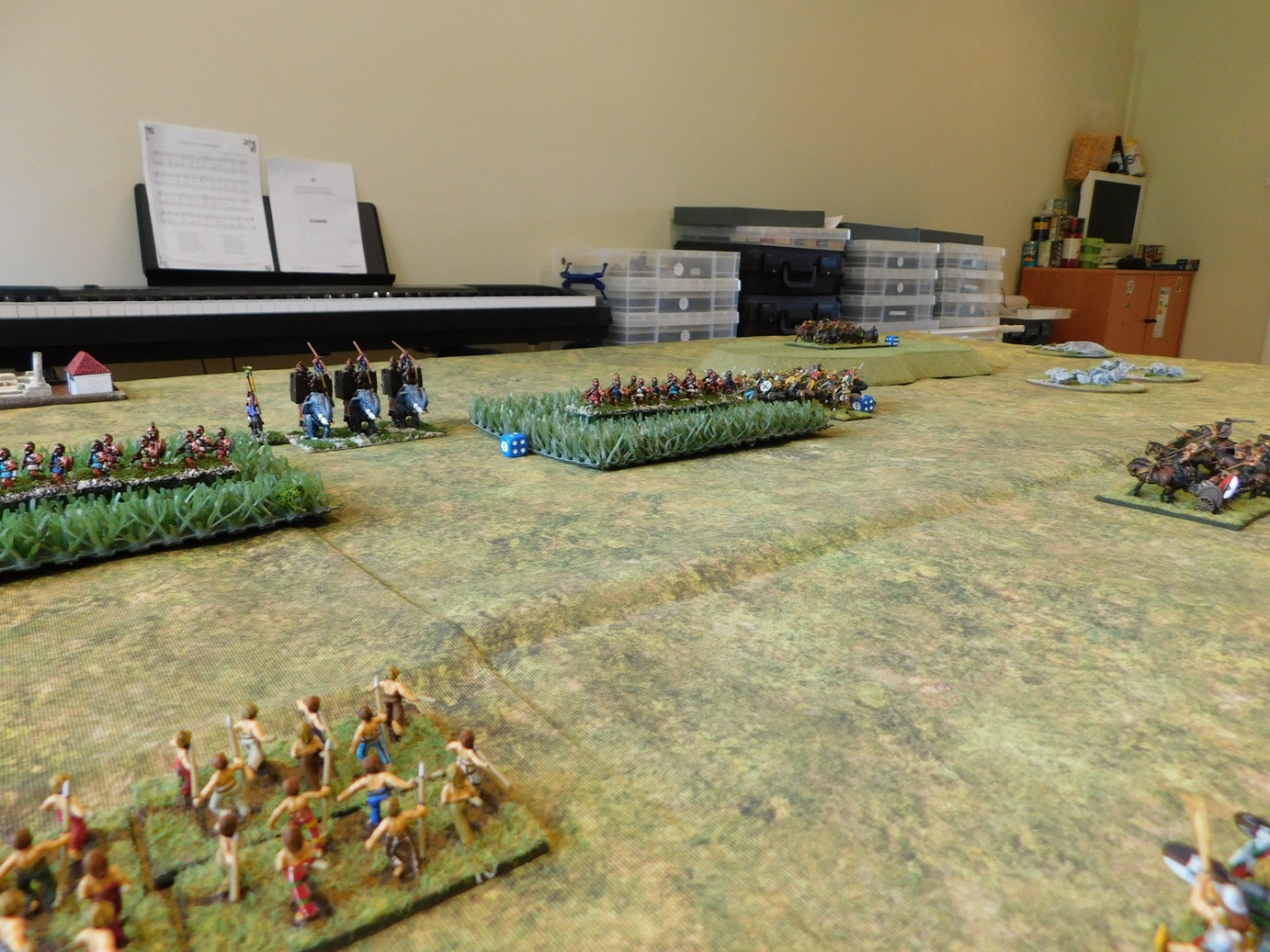 You can see my outflanking chariots at the back on the right (on the hill)