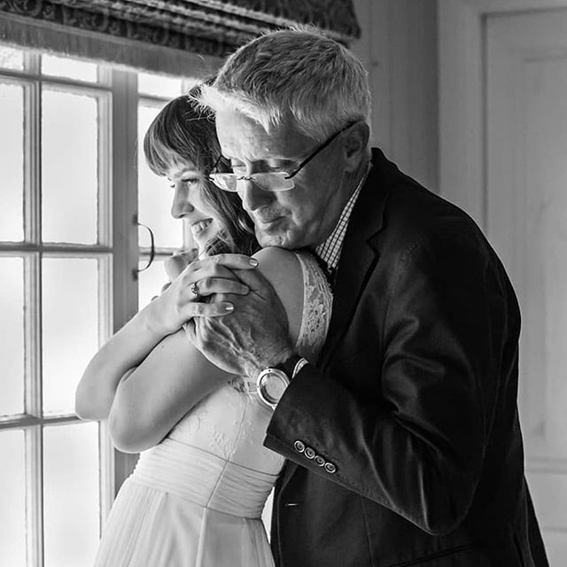 Today's little moments become tomorrow's precious memories ❤️ #brisbaneweddingphotographer #sunshinecoastweddingphotographer #goldcoastweddingphotographer  #northernnswweddingphotographer #monochrome #monochromatic #monochromephotography #2020bride #2019bride #black_n_white #blackandwhitephoto #blackandwhite_photos #fatherdaughter #weddings #weddingphotography