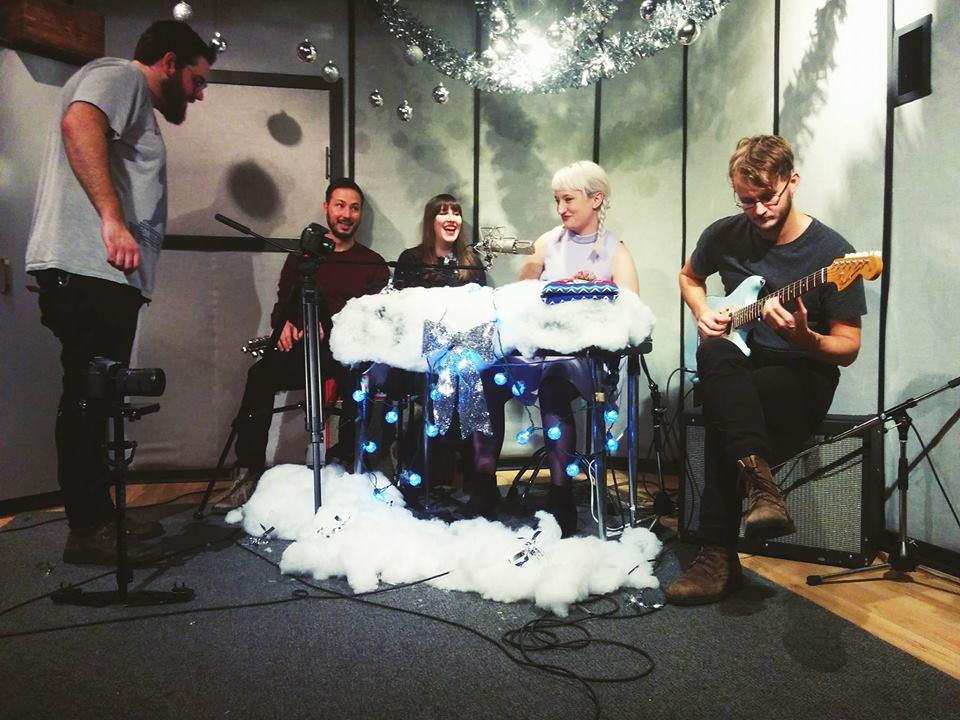 Mataï, Carmel, Ariane et Jessie qui enregistrent une version live de '' Mon cadeau c'est toi '' la semaine dernière au Studio Apollo. Photo: Dominic Remiro