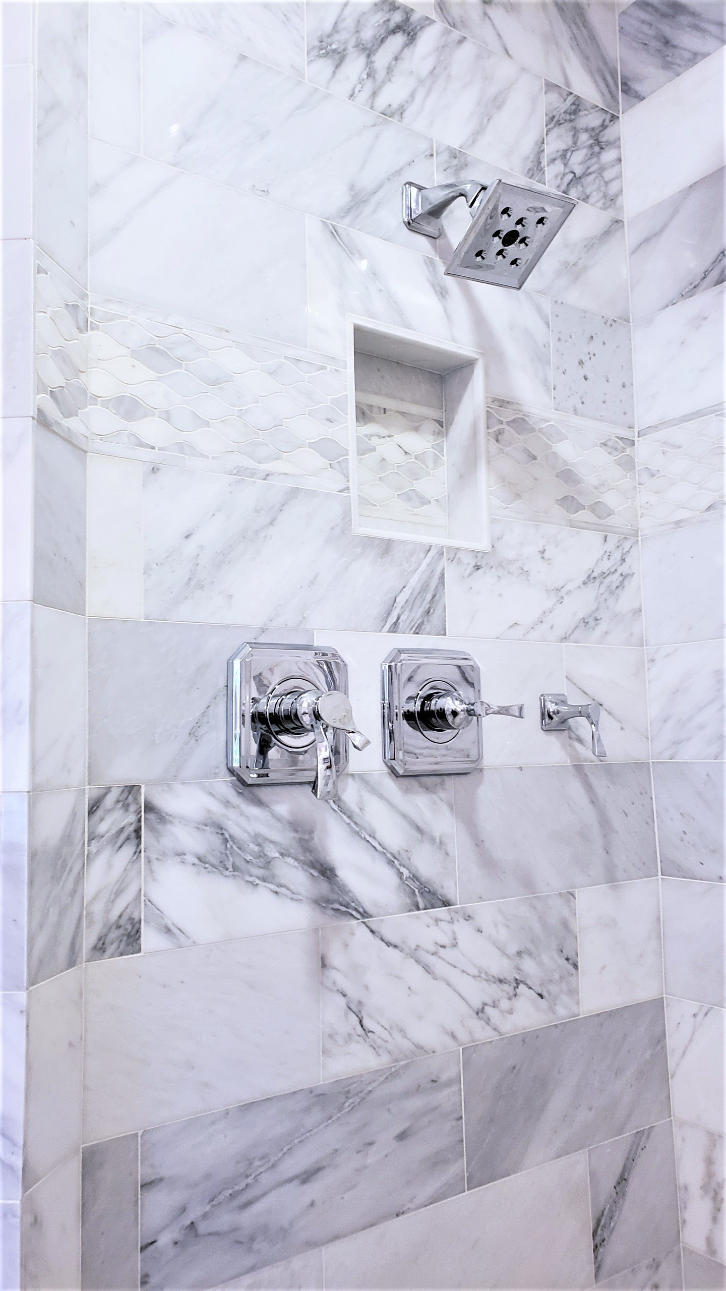 LUXE Homes Pro 031 shower.jpg
