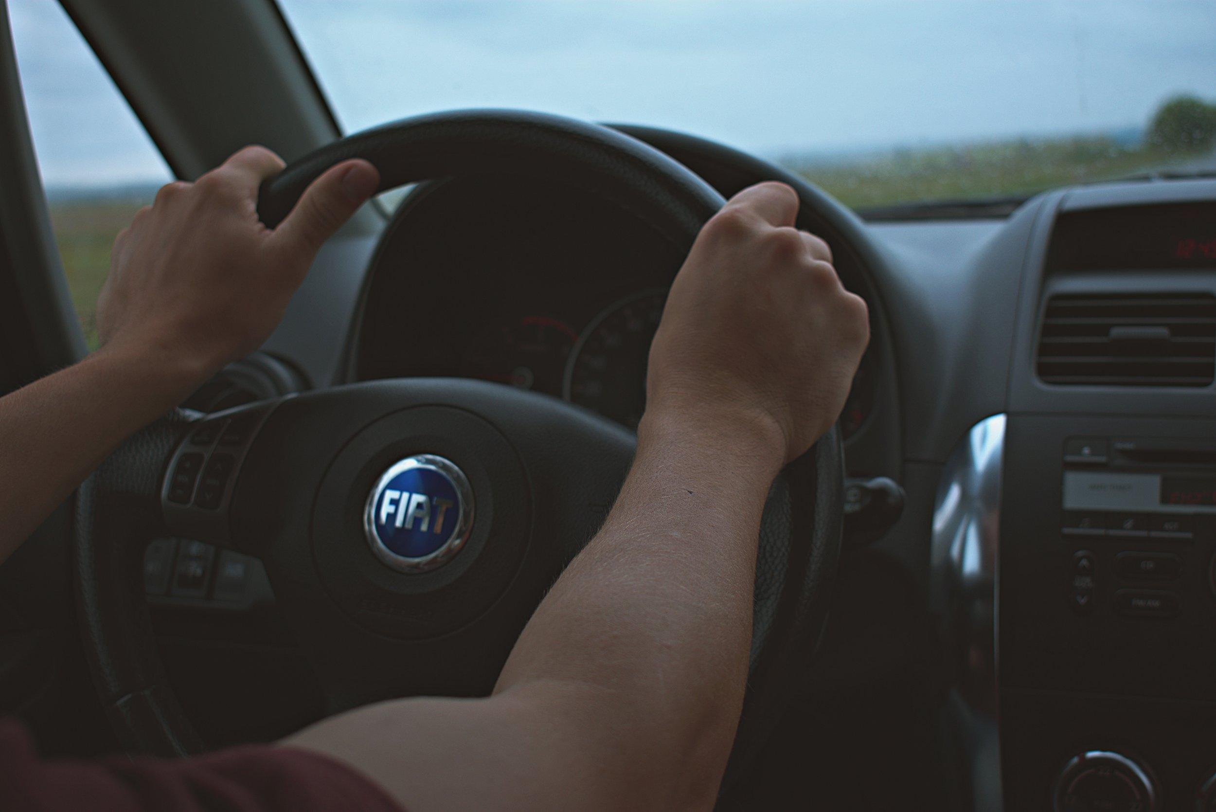 steering_wheel_2hands.jpg