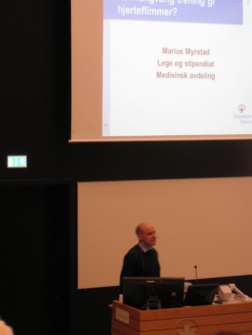 Marius Myrstad holdt foredrag om utholdenhetstrening og hjerteflimmer. Foto: Silje Halvorsen,www.forskerlivet.no