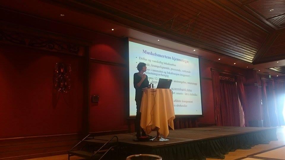 Sigrid Wigers, overlege ved Jeløy Kurbad holdt foredrag om forebygging og rehabilitering ved fibromyalgi. www.forskerlivet.no