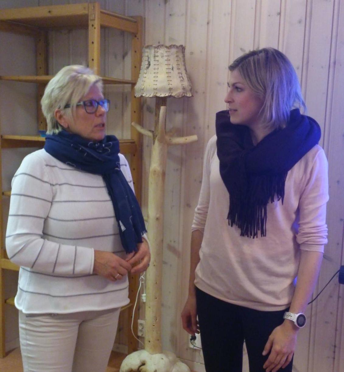 Solvor Svendsen (primusmotor, til venstre) forteller Karin Magnusson om arbeidet Drevsjø Sanitetsforening gjør. Artrose forekommer hyppigst i kvinner og er en utbredt folkesykdom, og dette er derfor er et av mange viktige fokus for foreningen. www.forskerlivet.no
