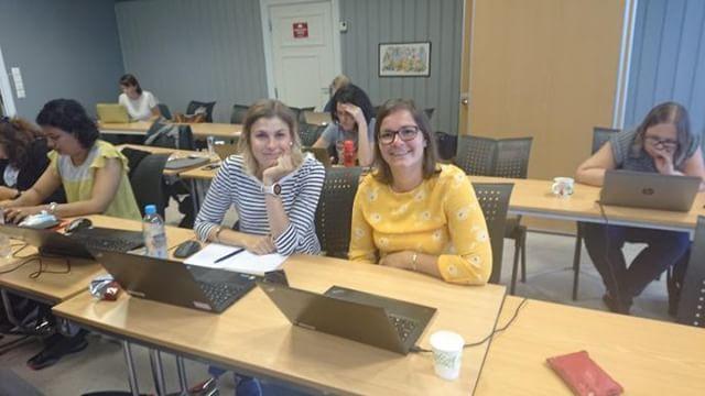 Fra venstre, Post Docs Karin Magnusson (Diakonhjemmet sykehus og Lunds Universitet) og Therese Haugdahl Nøst (Universitetet i Tromsø) i gang med programmeringen i et kurs i genetisk epidemiologi i Bergen. www.forskerlivet.no