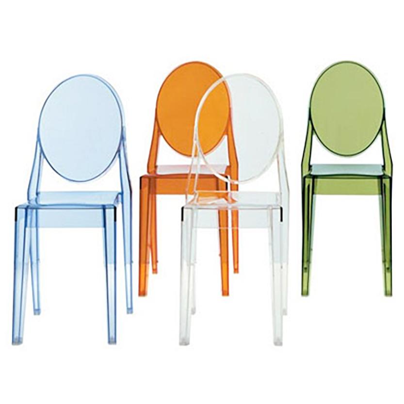 Victoria Ghost   Philippe Starck   Kartell  En stol med klassiska linjer. Ryggstödet har tagit sin runda form från antika medaljonger medan sitsen är geometrisk och rak. Den är stadig, bekväm och kan även stå ute. Materialet är transparent eller färgad poycarbonat, rose, ljusblå eller grön. H: 89cm, SH: 46cm, B: 38cm, D: 52cm   Lagerstatus: I lager.