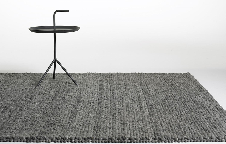 PEAS RUG    2015 återlanseras denna vackra matta från HAY. Peas kommer nu i de tre nya färgerna Soft Grey, Medium Grey och Dark Grey och fortsätts att tillverkas i 100% ull. 2x3m.    L: 300 cm B: 200 cm     Lagerstatus I. Lager