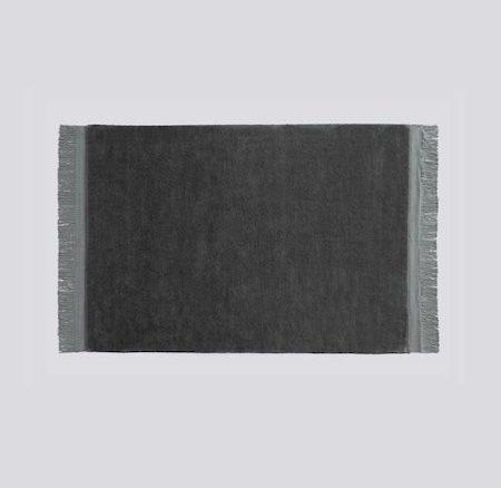 RAW RUG HAY   Ullmatta med fransar, mörk grå  L 200 cm W 140 cm     Lagerstatus; I lager