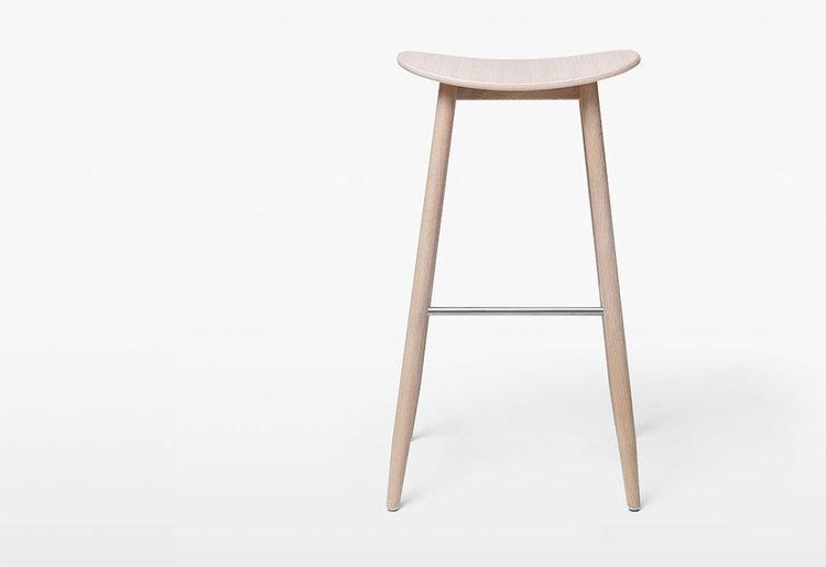 Icha Icha Bar stool     Massproduction   Matt lackad oljad ek trästol, fotstöd borstad stål  H 69, D 37, W 43 cm   Lagerstatus: I lager