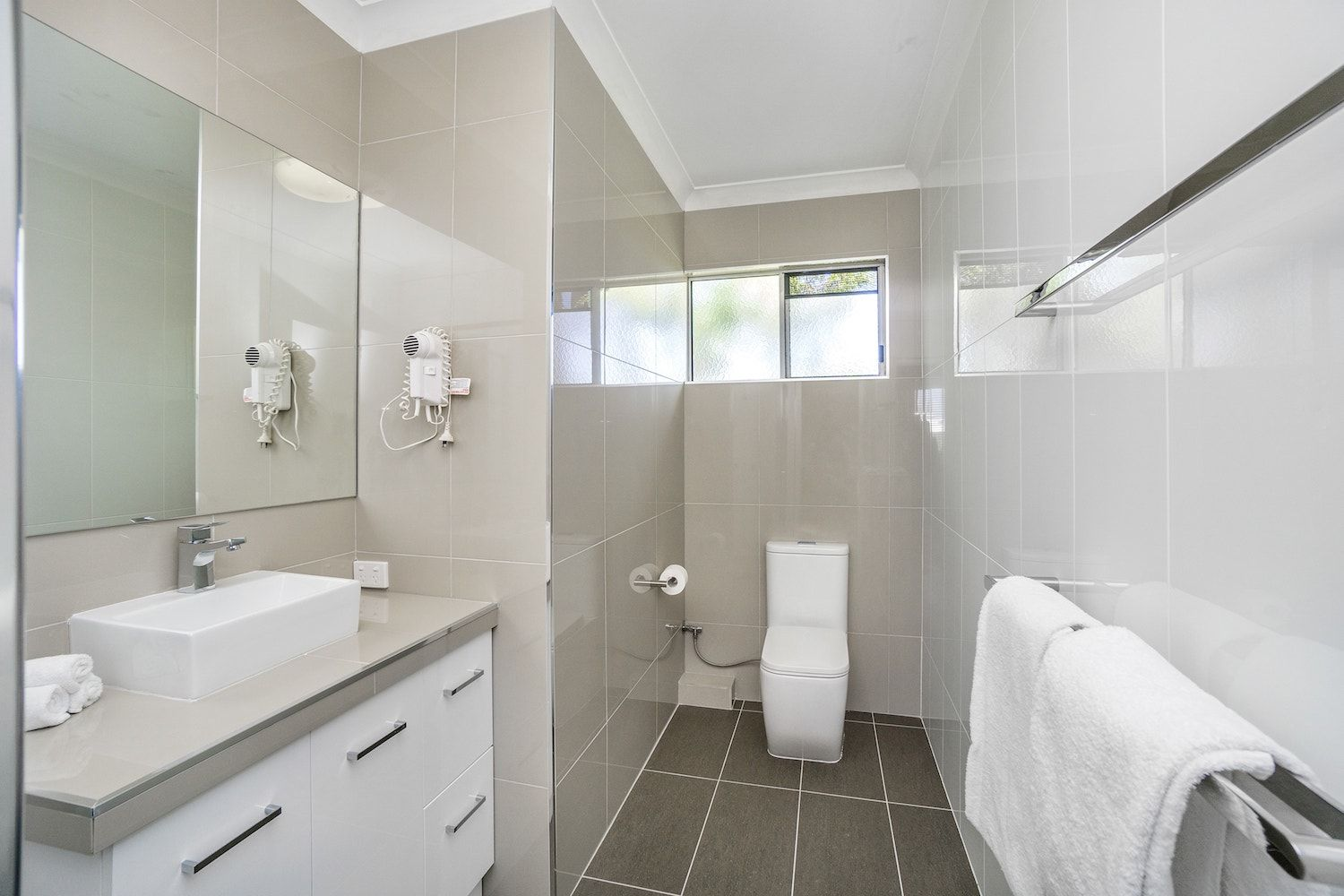 best-western-kimba-lodge-maryborough-hotel-motel-apartment-bathroom-overview.jpg