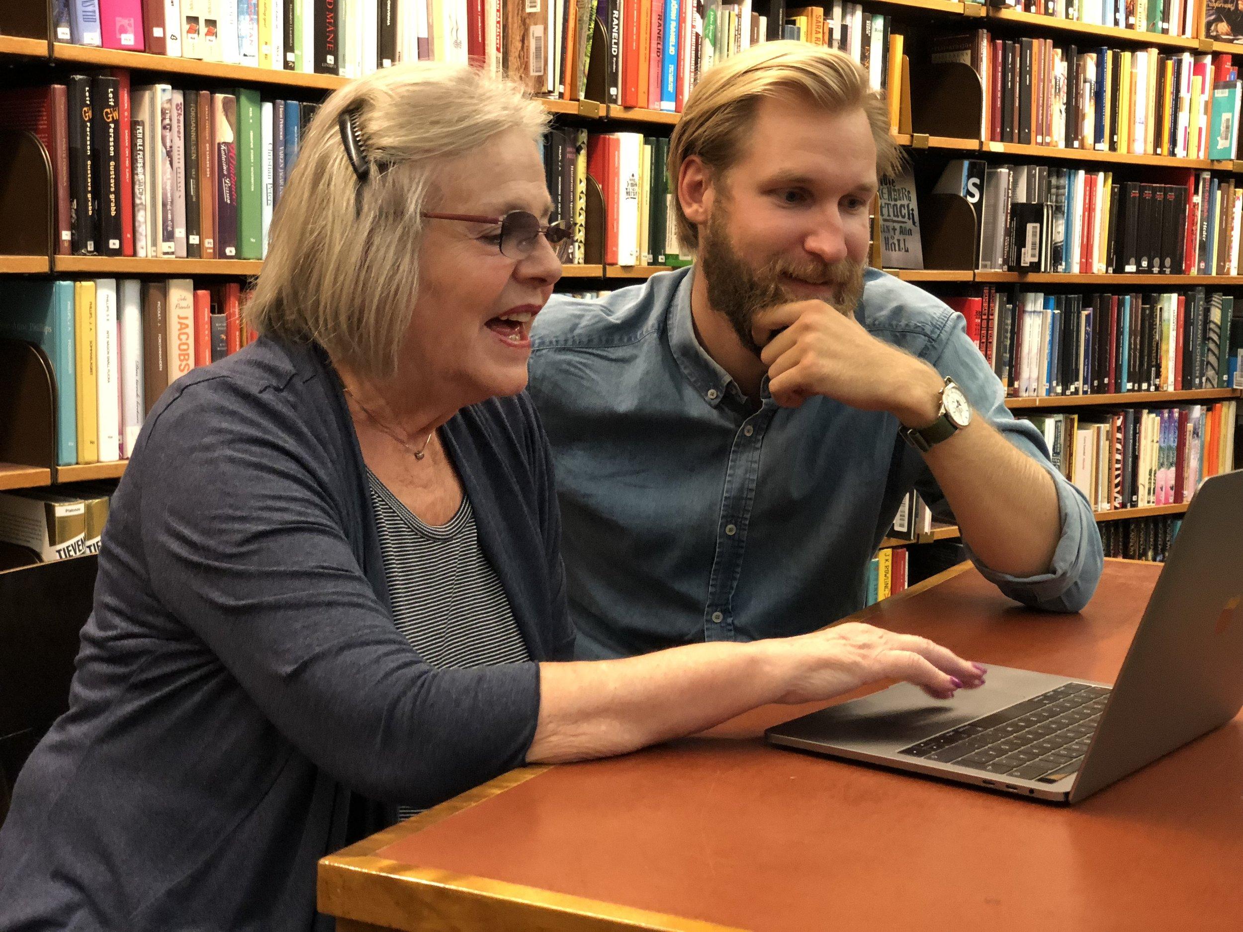 - Besök ett bibliotek och få hjälp med dina digitala frågor. En handledare sitter ned tillsammans med dig och hjälper dig besvara frågor, lösa problem eller lära dig spännande saker som du kan använda din telefon, dator eller surfplatta till.