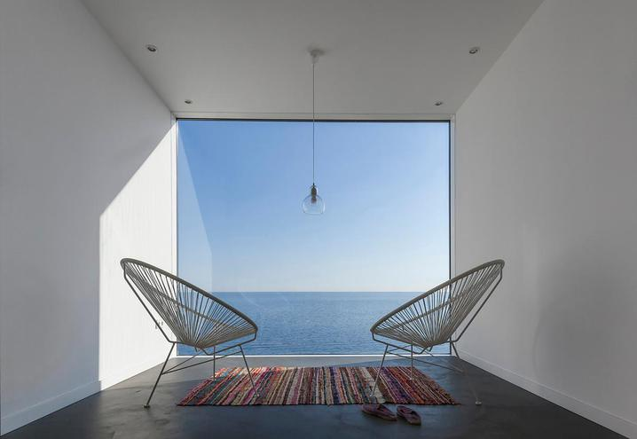 weekend-house-in-spain-acapulco-chairs_oggetto_editoriale_h495.jpg