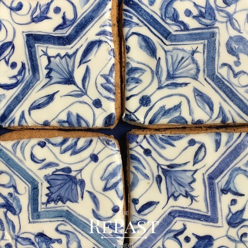 #cookies or #tiles ? I made #speculaas and decorated them to look like #Dutch #Delft #pottery. Yes, I'm a huge nerd🤷🏻‍♀️.