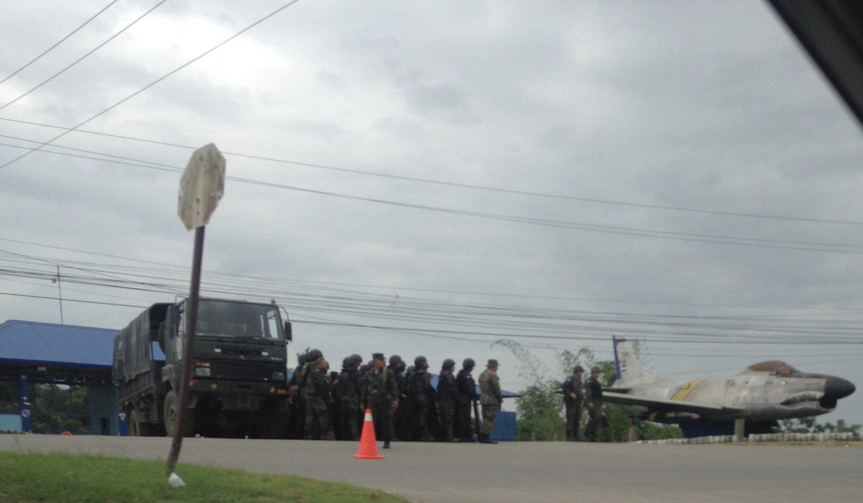 La Lima, Cortés. Jueves, 30 de noviembre. Militares amasando en el aeropuerto de San Pedro Sula. Foto crédito: autora.