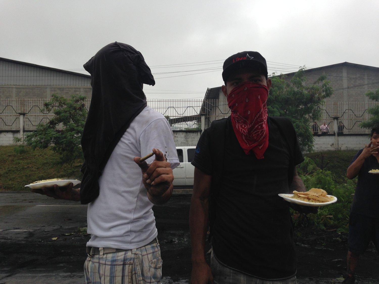 Sector López Arellano, Choloma, Cortés. Viernes, 1 de diciembre. Dos miembros del equipo del bloqueo. Uno presenta el casquillo de la bala que se encontró en el suelo. Foto crédito: autora.