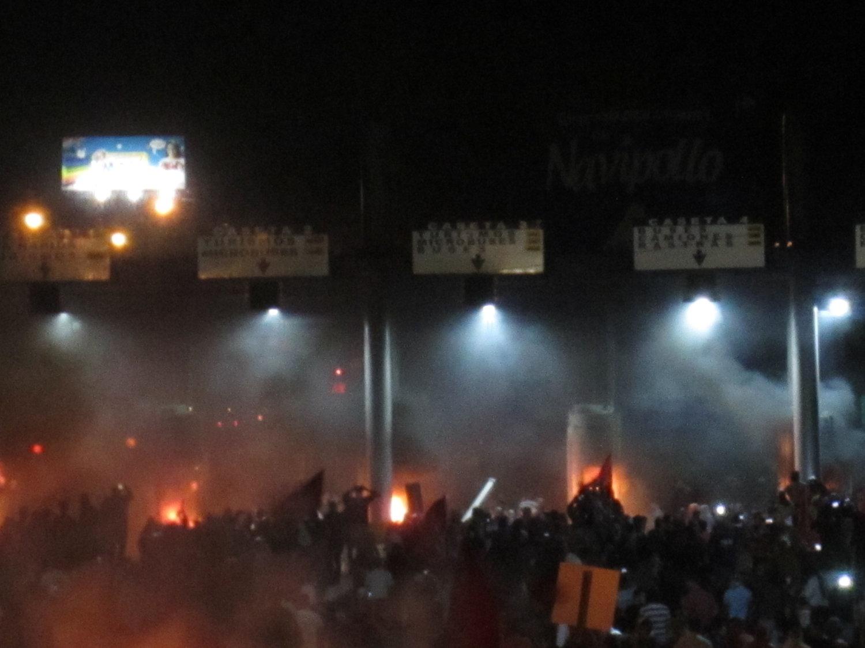 Carretera de San Pedro Sula a Villanueva, Cortés. Jueves, 30 de noviembre. Manifestación y la caseta de cobro en llamas. Foto crédito: autora.