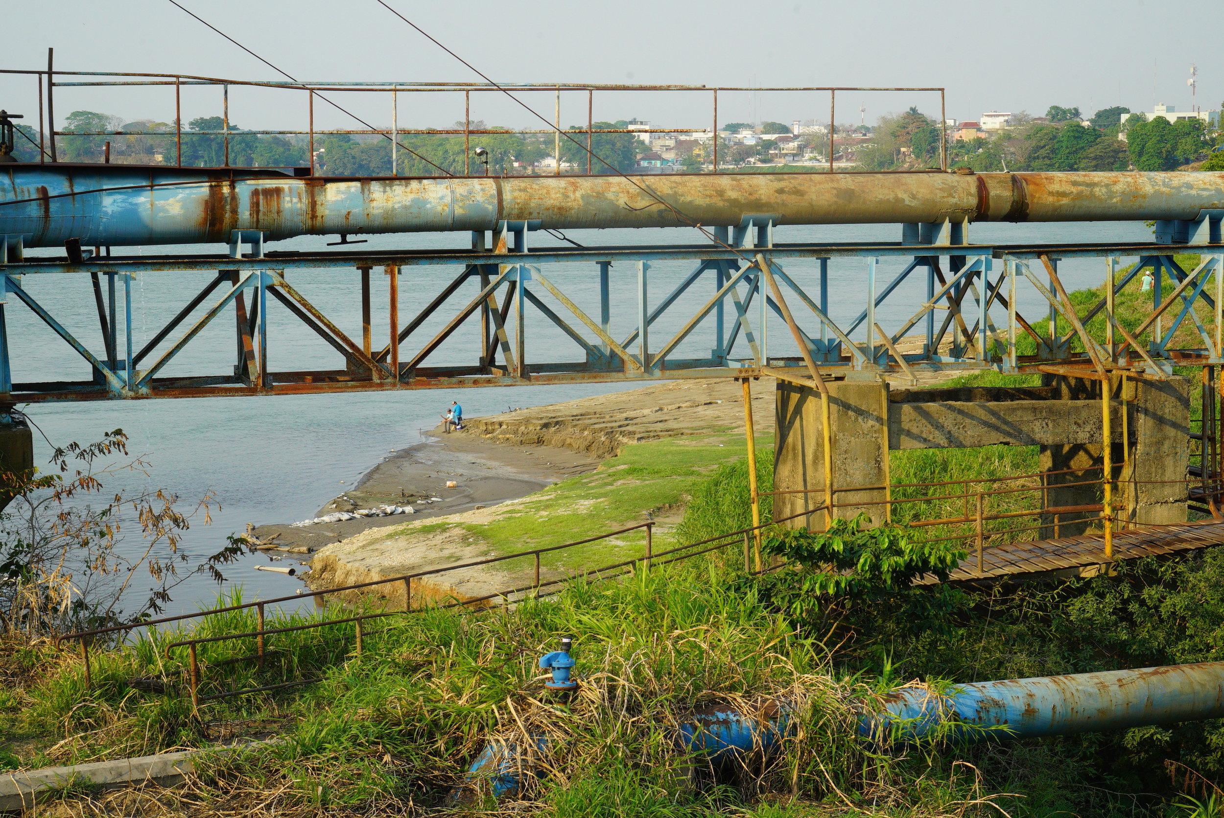 Cerca de las tubería para tratar el agua, y donde los migrantes van a bañarse. Rio Usumascinta, Tenosique, Tabasco. Créditos Fotográficos:Irving Mondragón.