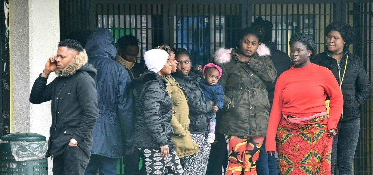 Donne con bambini evacuate da Castel Nuovo di Porto .    Crediti fotografici.