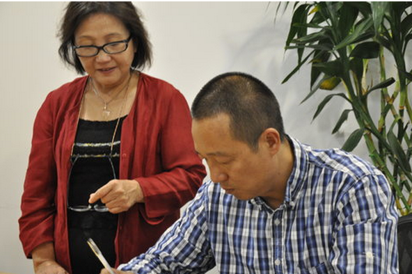 Xu Xiao, left, with the writer Zheng Shiping, who uses the pen name Yefu, at a lecture in September 2012.   Credit: ChinaFotoPress