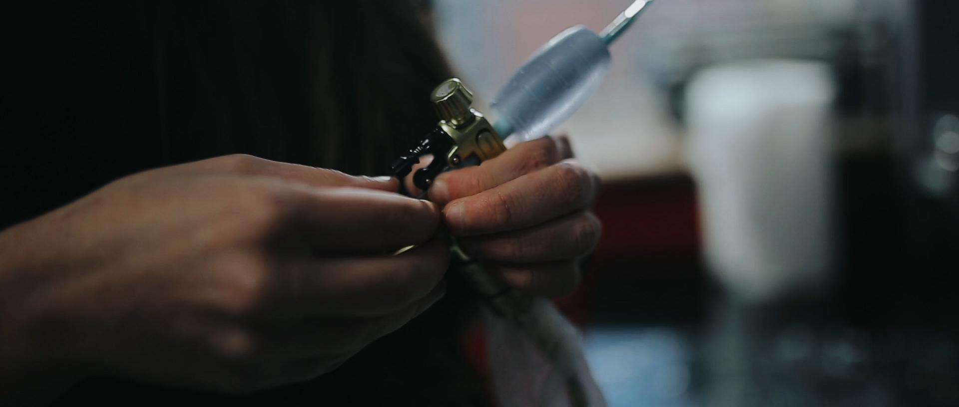 Gabrielle-Pereira-tatuadora-Curitiba-tattoo-ricardo-franzen-love-freedom-madness-producao-de-filme-video-de-tattoo-into-the-skin (3).jpg