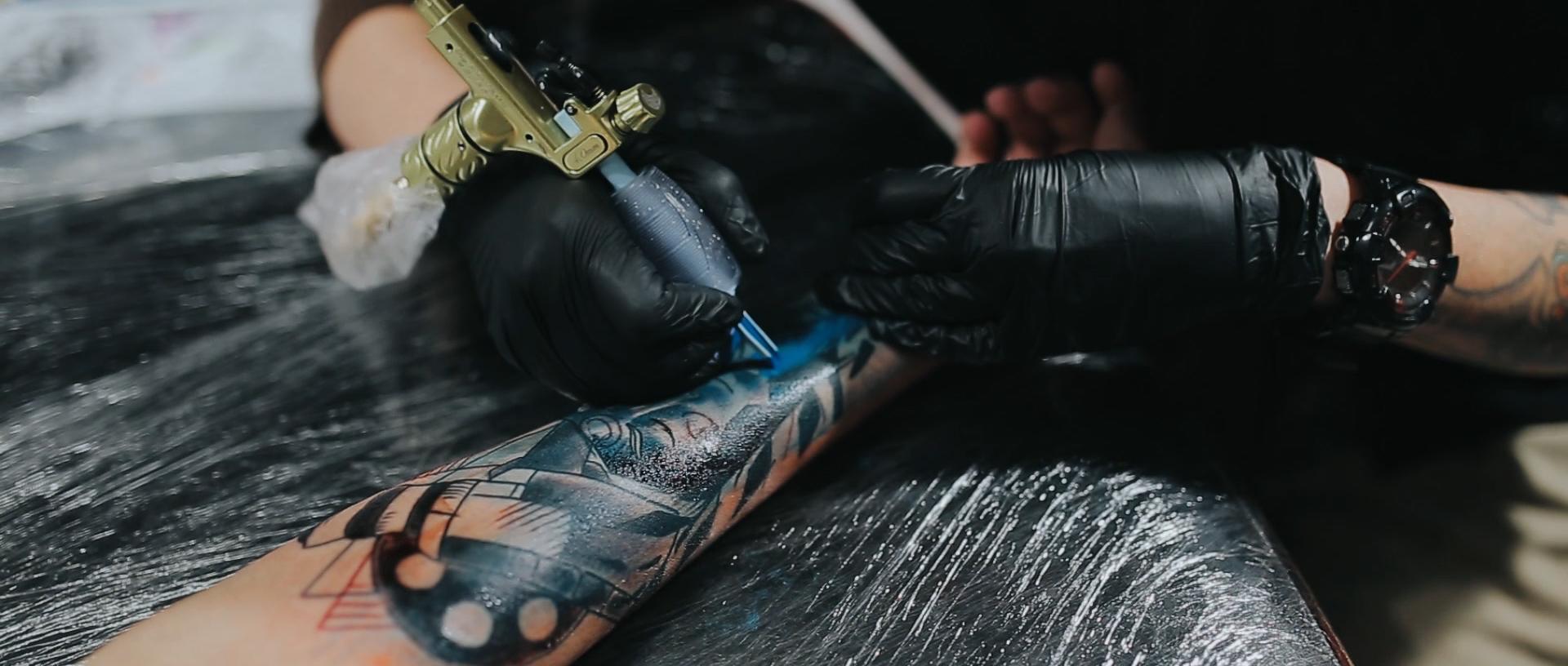Gabrielle-Pereira-tatuadora-Curitiba-tattoo-ricardo-franzen-love-freedom-madness-producao-de-filme-video-de-tattoo-into-the-skin (9).jpg