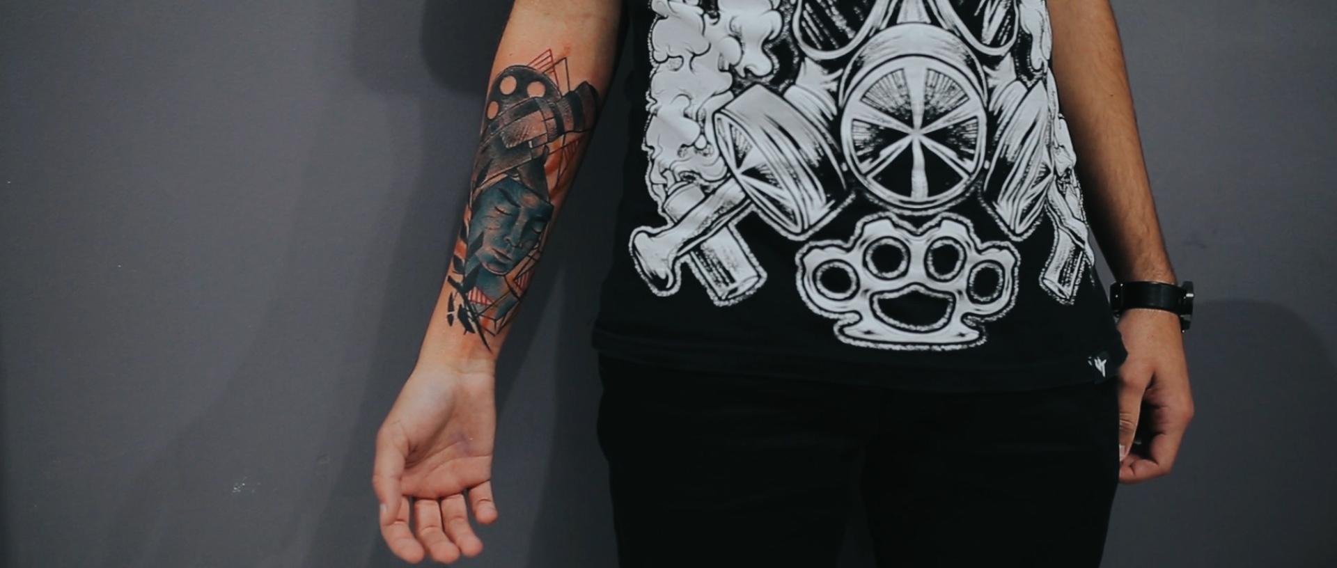 Gabrielle-Pereira-tatuadora-Curitiba-tattoo-ricardo-franzen-love-freedom-madness-producao-de-filme-video-de-tattoo-into-the-skin (13).jpg