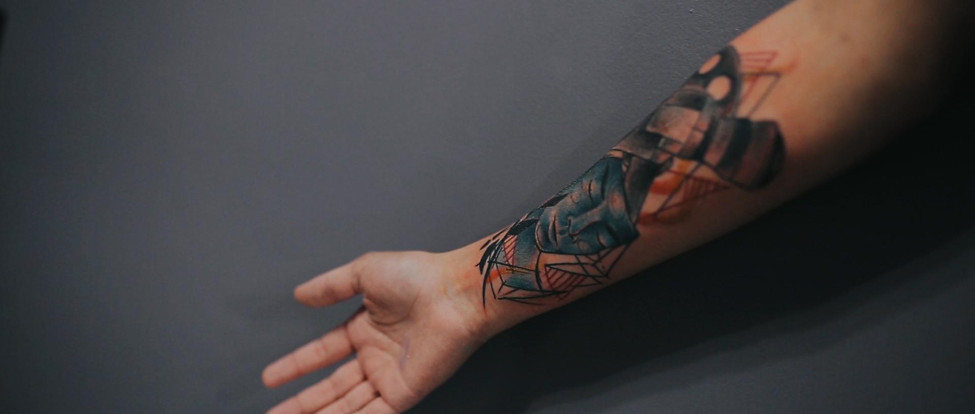 Gabrielle-Pereira-tatuadora-Curitiba-tattoo-ricardo-franzen-love-freedom-madness-producao-de-filme-video-de-tattoo-into-the-skin (14).jpg
