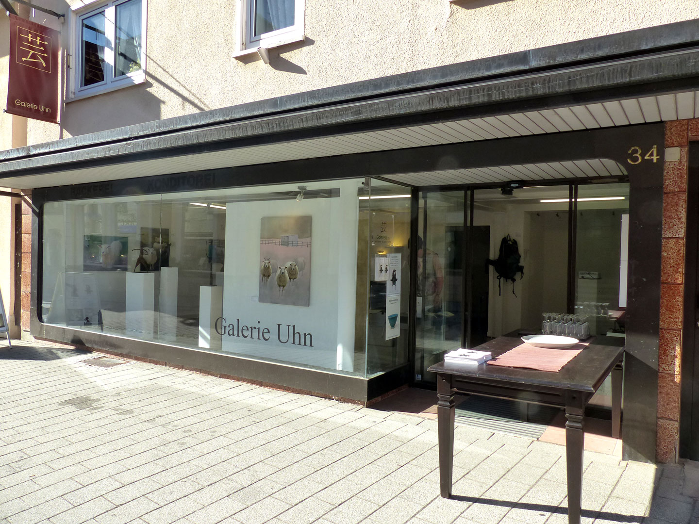 The Artist is Not Present , Galerie Uhn