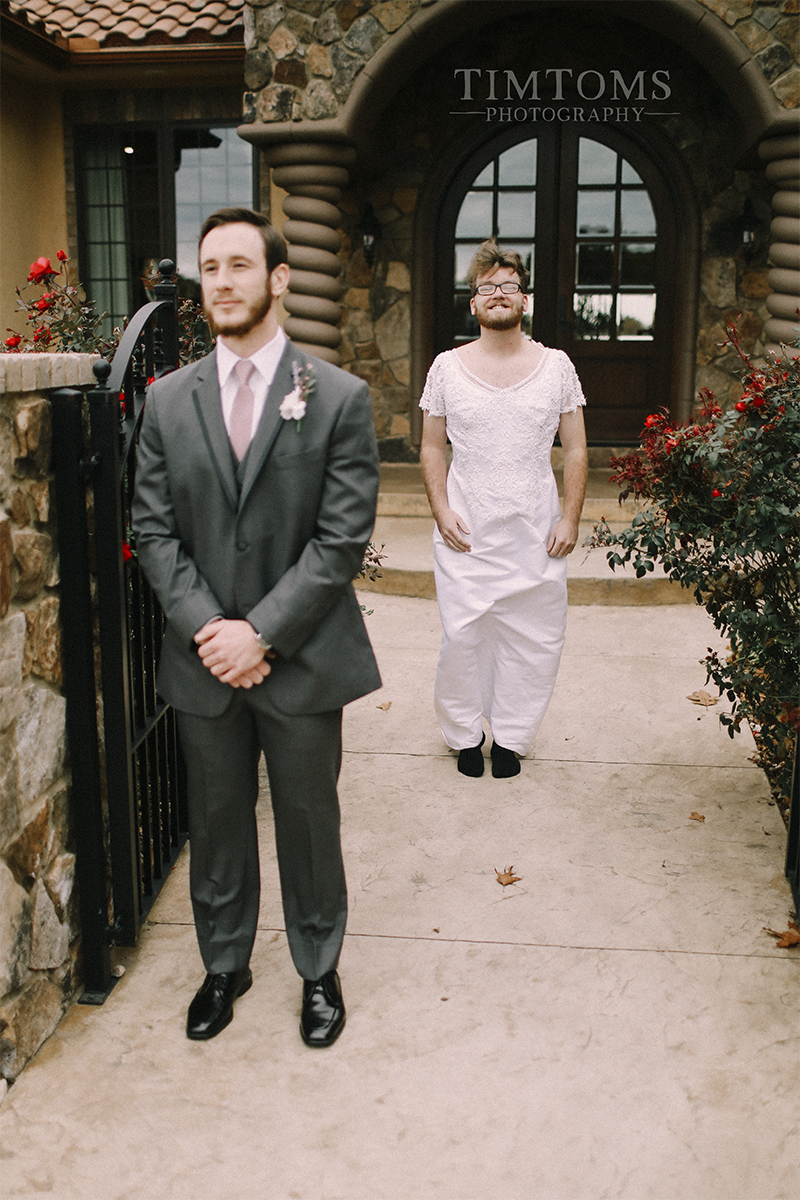 bride pranks groom first look best man photographer