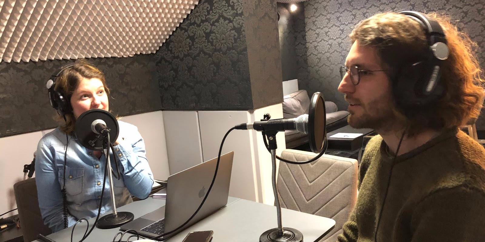 Jennifer et son premier invité Jonathan dans le studio de la Remix Radio