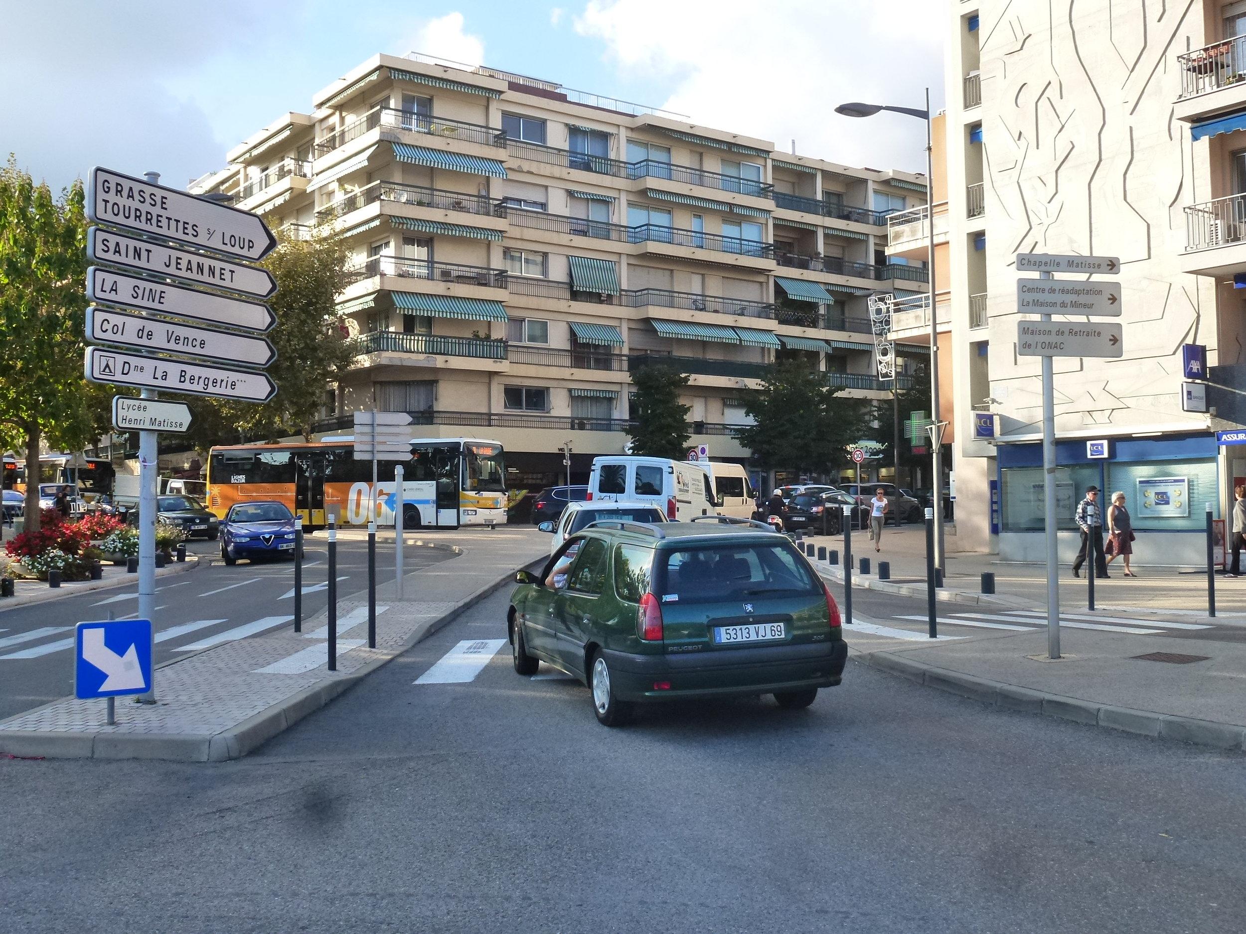 4) prendre au panneau, Grasse, Tourettes, Col-de-Vence, Château Saint Martin. On passe devant la poste à 100m à gauche. - Follow the road sign