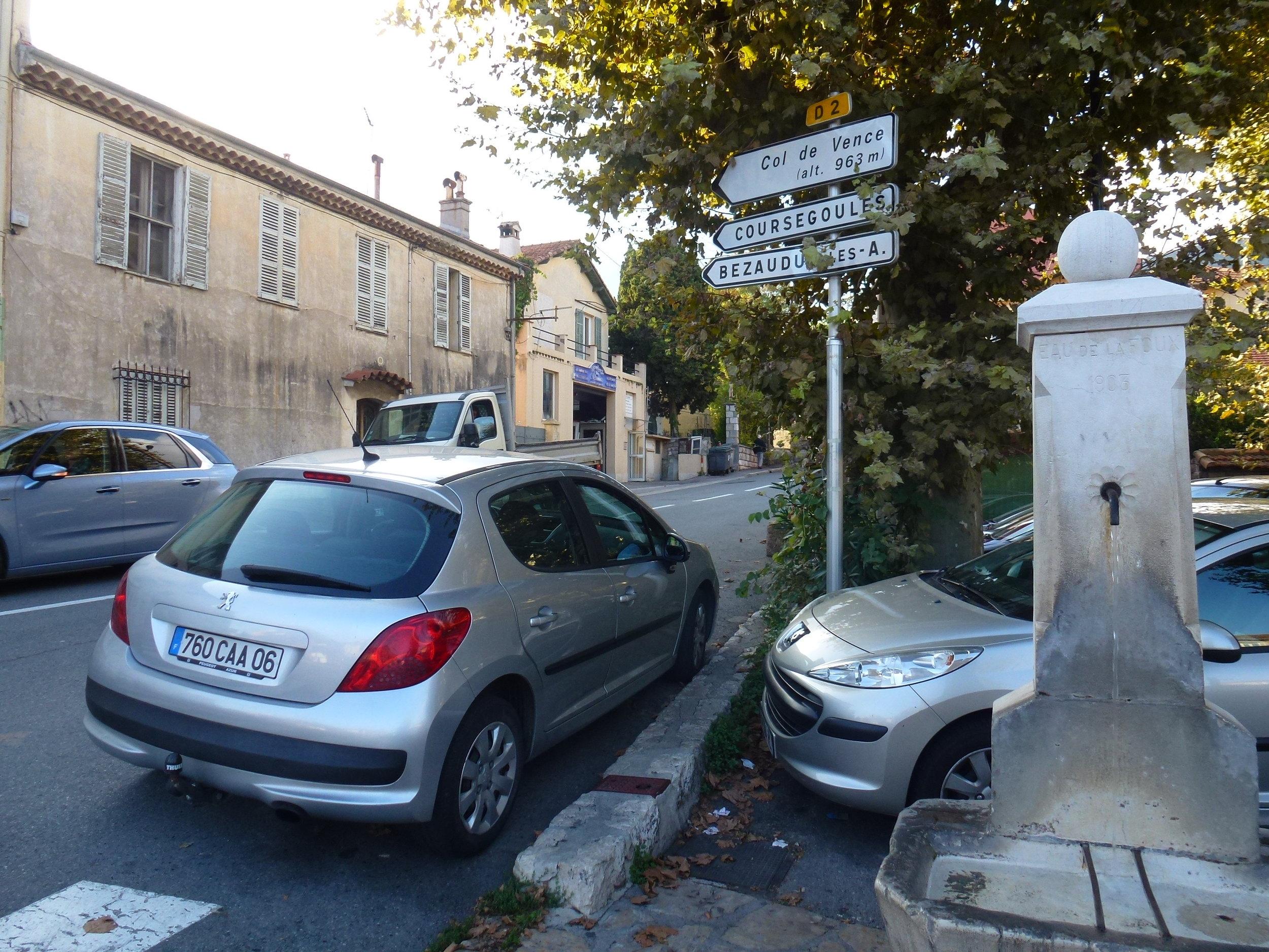 6) en face, droit devant, à la fontaine, prendre la D2 et Coursegoules - Straight ahead, at the fountain, take the D2, follow direction