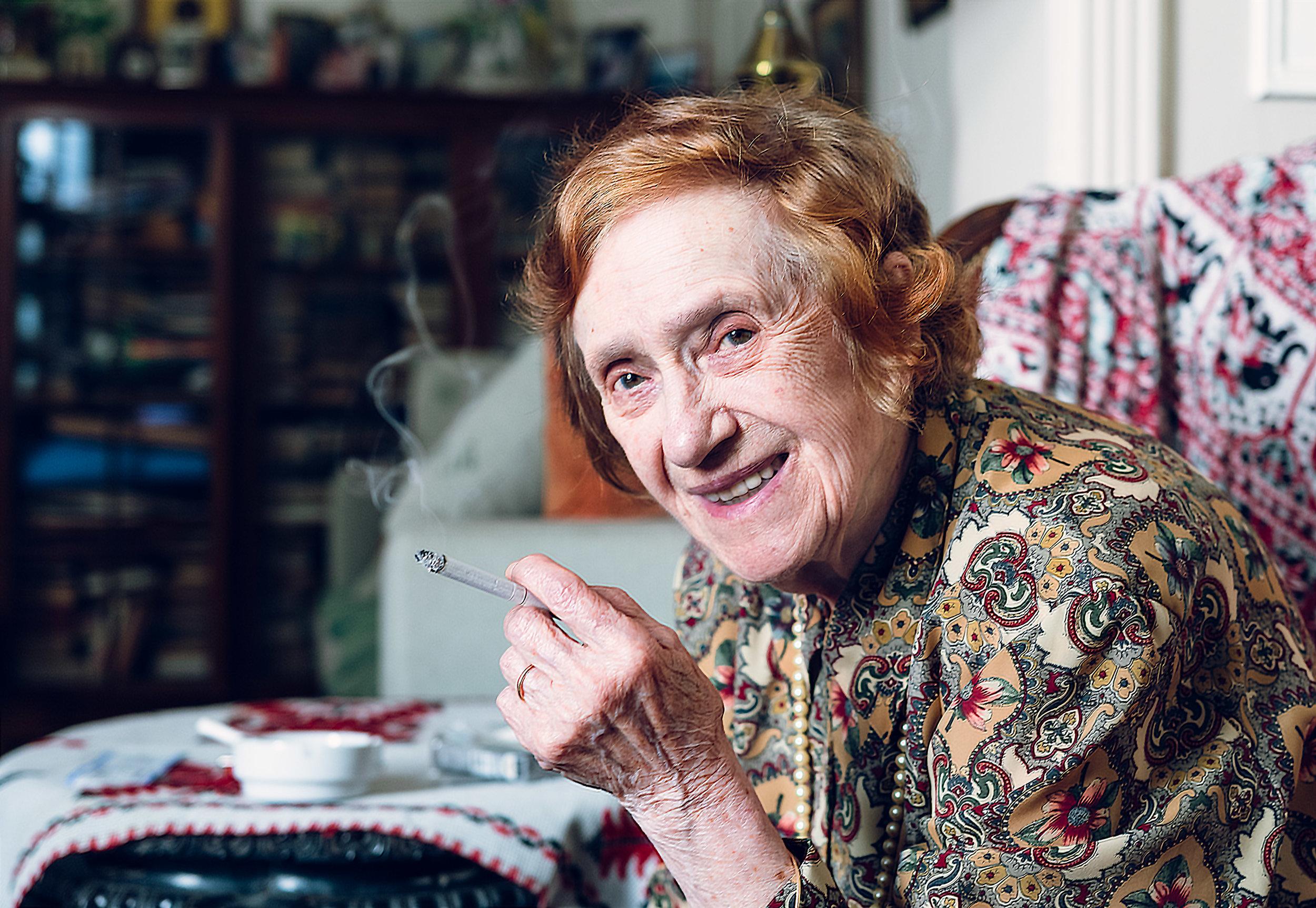 Todavía viviendo la vida al máximo en sus noventa. Ella ha disfrutado de un filete con sus parientes y fuma un cigeratte para cerrar la tarde. Nacido en Montenegro. Ha vivido su vida en París después de la Segunda Guerra Mundial, vivió en Chicago hasta que un fuego quemó abajo de la fábrica ella y su marido trabajaron, regresó a Montenegro y ahora está jubilada en Argentina. La mayoría de sus familiares todavía viven en Montenegro y ella ha sobrevivido a su marido ya sus hermanos menores. En sus días más agradables, está rodeada de familia - Una sobrina que visita bimestralmente a Sao Paulo, sobrino y su esposo, y aquí me recibió en su familia con una hermosa sonrisa.
