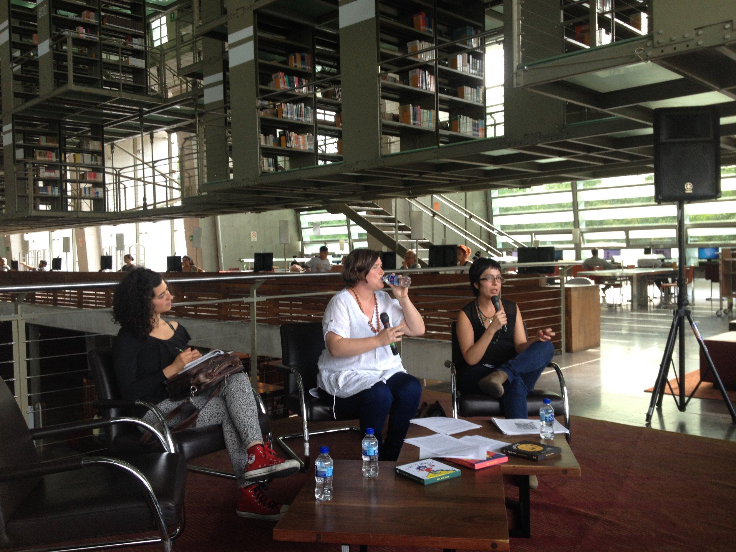 Rita Guidarelli, del colectivo Ludosofando, Ellen Duthie, bebiendo agua,y Daniela Martagón, hablando.