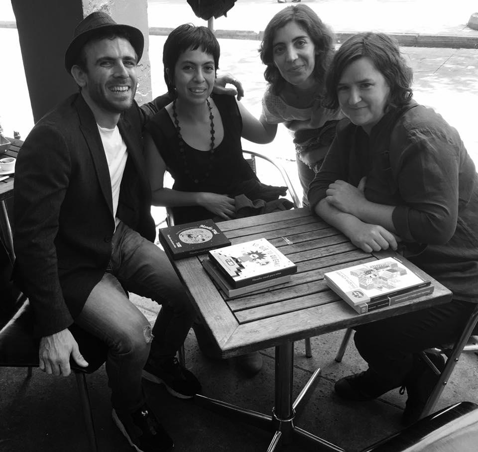 David Sumiacher, Daniela Martagón, Raquel Martínez y Ellen Duthie en Tlalpan, intercambiando libros.