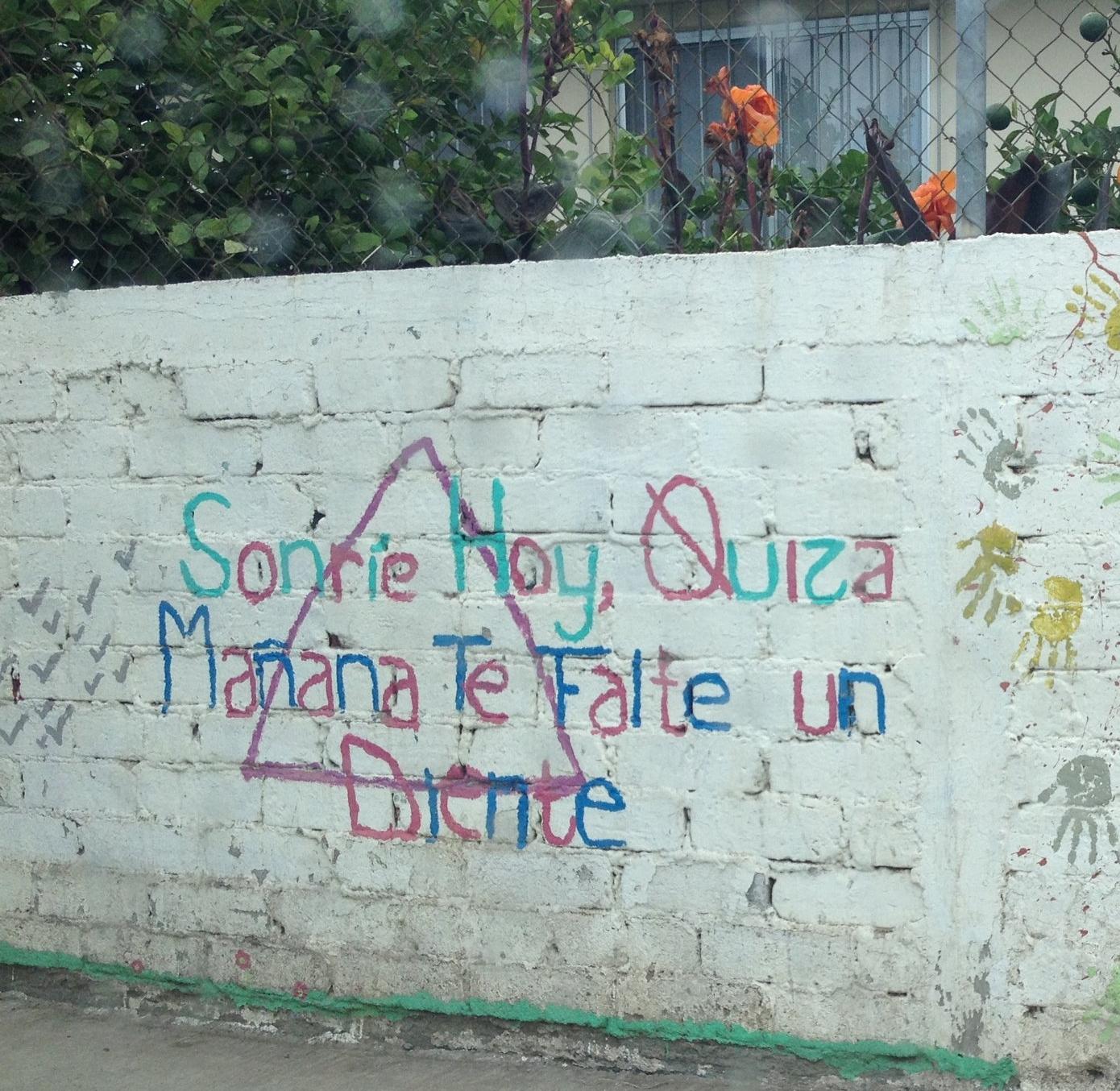 Sonríe hoy, quizá mañana te falte un diente. El muro de la Casa Hogar Santa Rosa de Lima está repleto de pintadas decorativas y frases memorables.