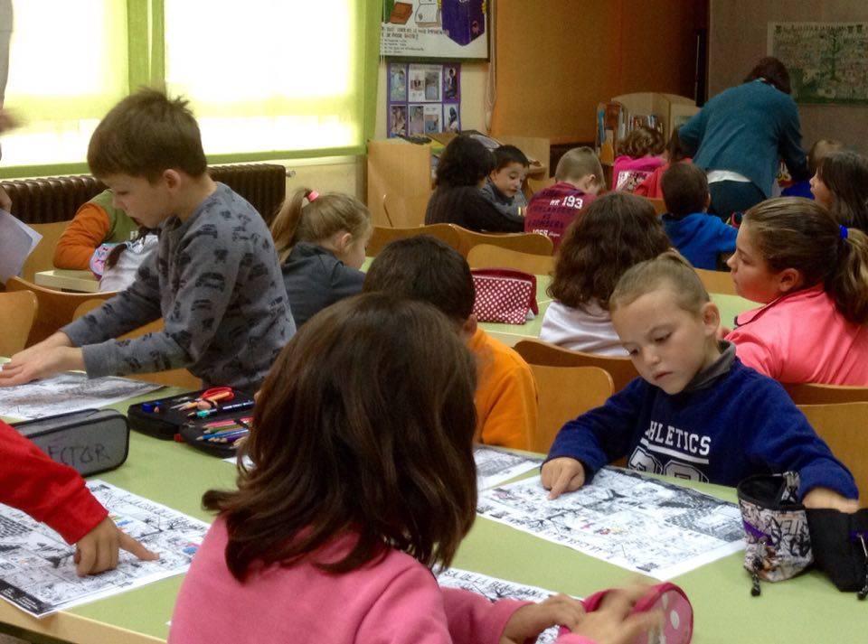 Los alumnos de primero y segundo de primaria de CRA ALTO en Cañete (Cuenca), atentos buscando personajes de literatura infantil en el póster de la Casa de la Real Gana de nuestro título,  Lo que tú quieras  (Una invitación a reflexionar sobre la libertad).