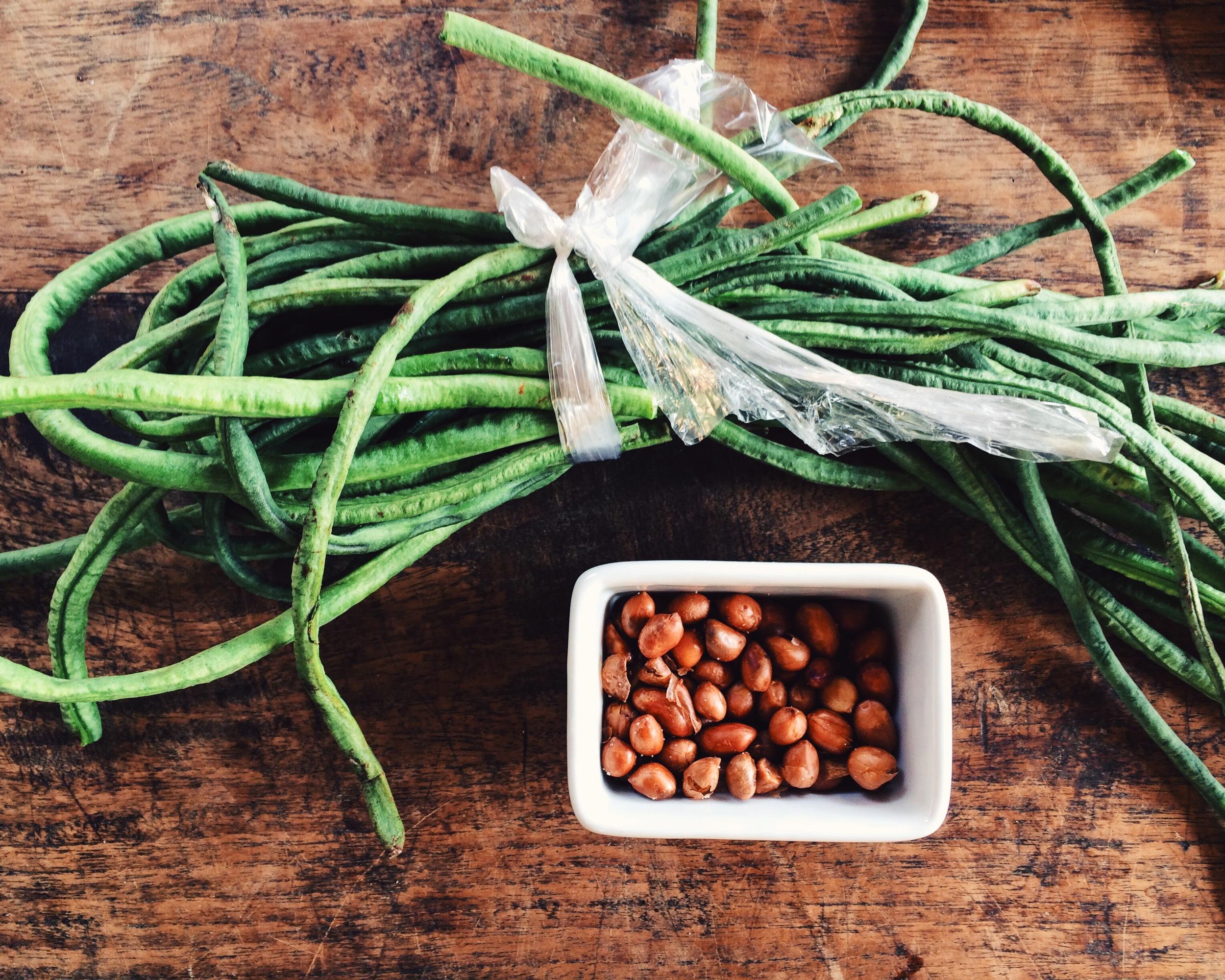judías verdes largas y cacahuetes
