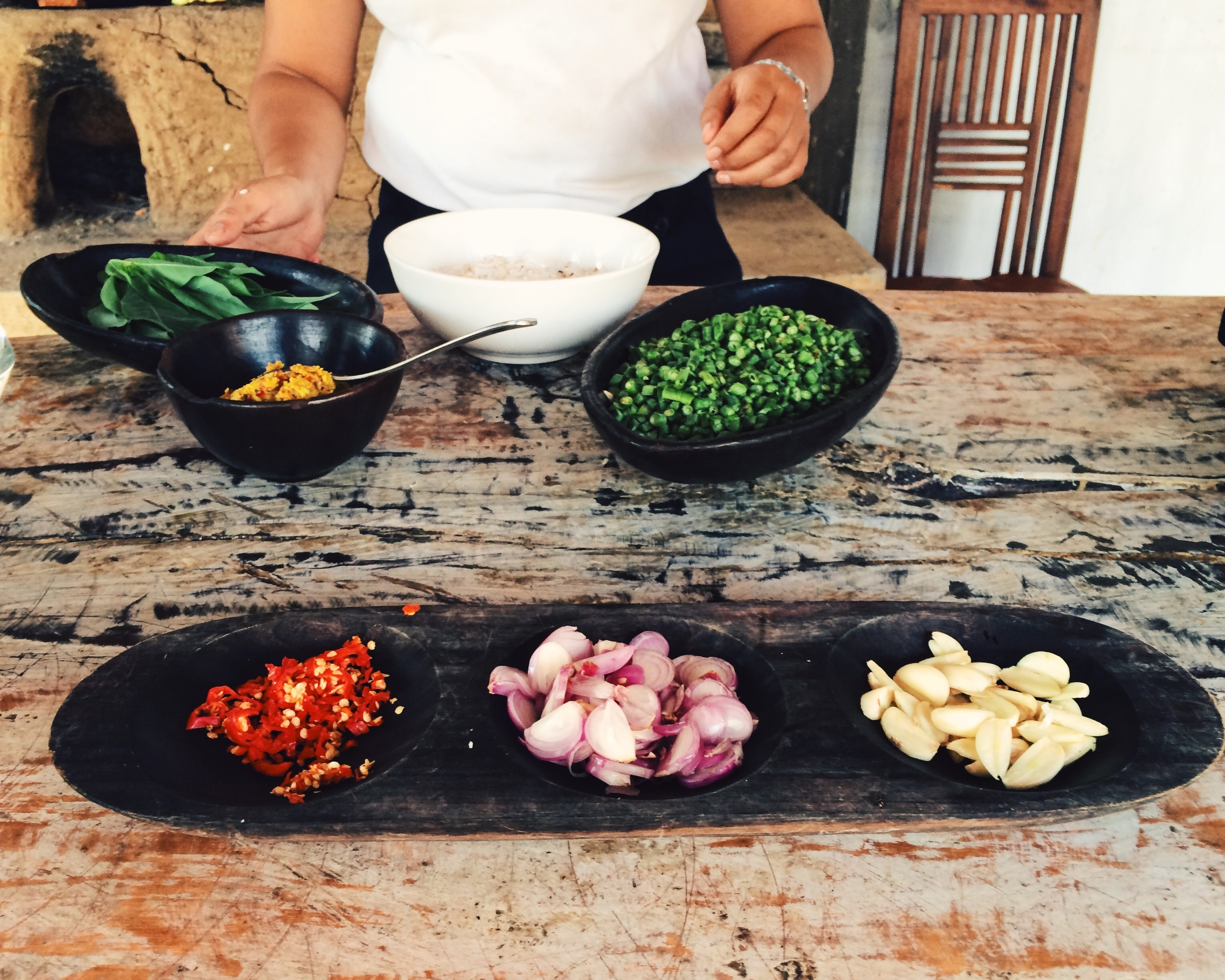 Algunos de los ingredientes de guarnición: chile, chalota y ajo