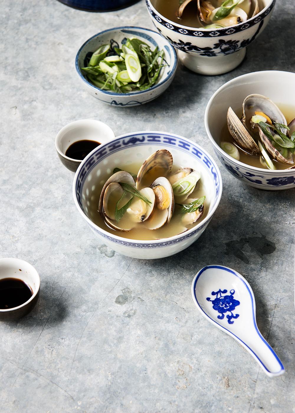 sopa de miso con almejas