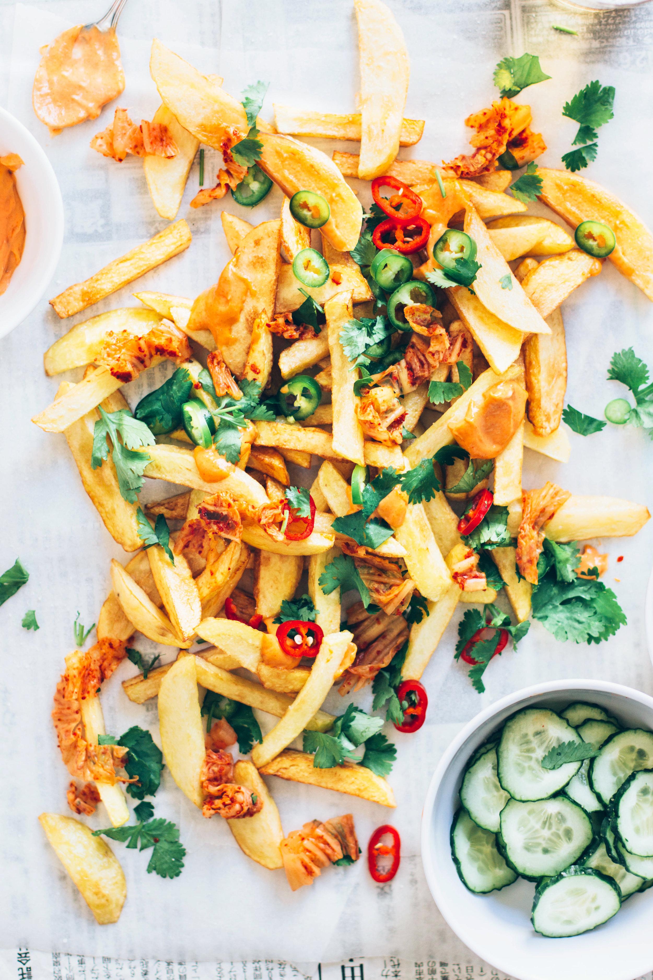 patatas fritas con kimchi y mayonesa de curry rojo