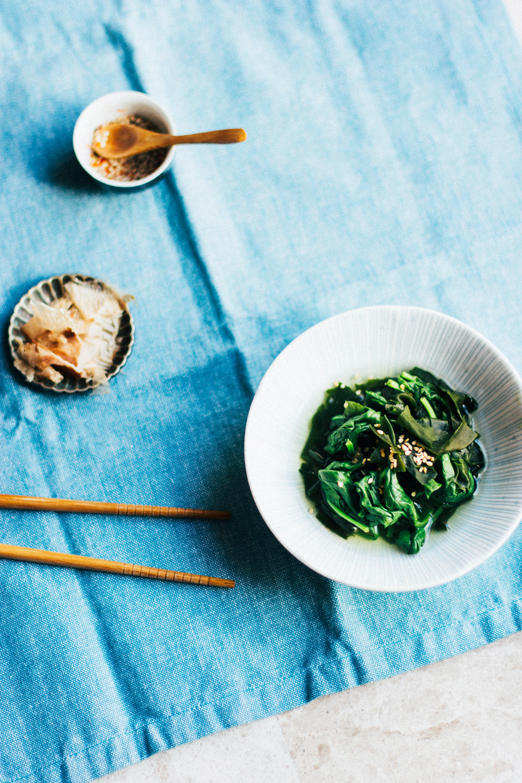 Ensalada de espinacas y algas wakame -
