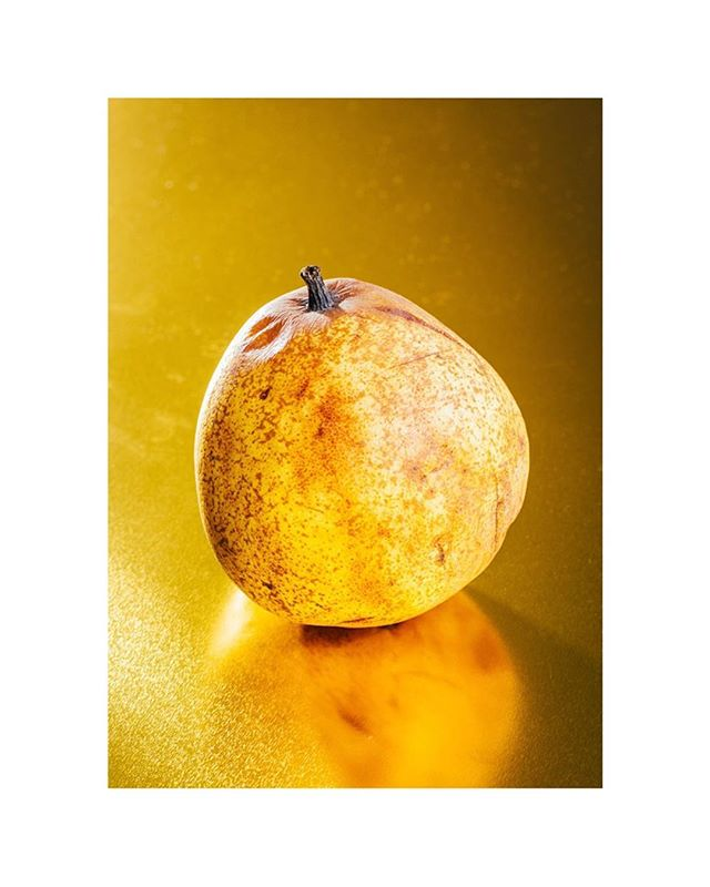 Ripe luxury 💥 • • #luxury #pear #fruit #ripefruit #foodphotography #foodstyling #golden #gold #bright #color #foodie #foodstagram #stilllife #foodart #instafood