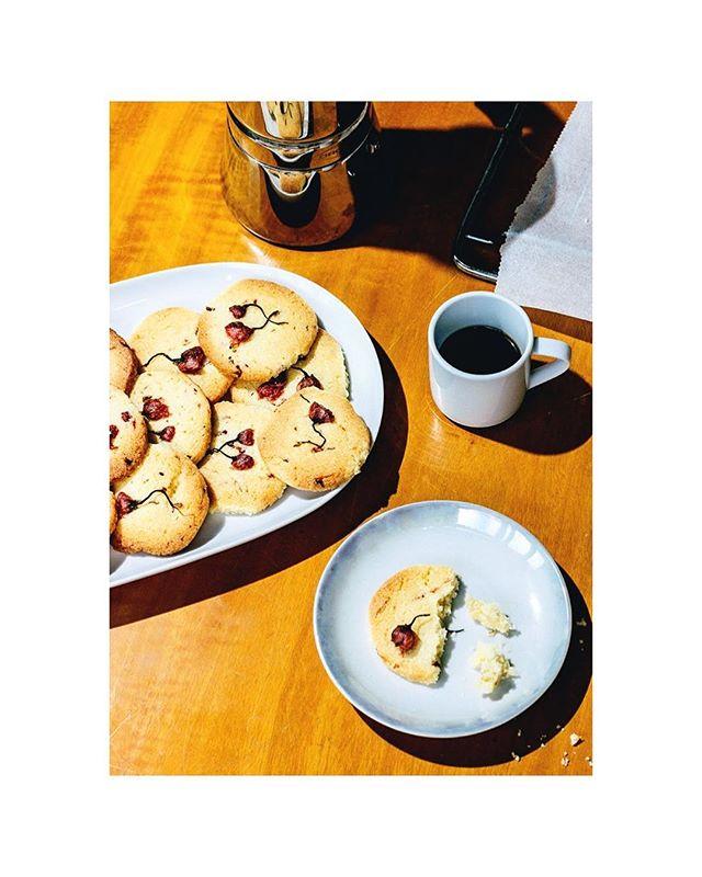 En Japón hay un montón de dulces que se preparan con flores de cerezo. Desde pasteles de estilo occidental, a gelatinas y dulces rellenos de pasta de alubias. Hoy en el blog os enseño la gran variedad de dulces elaborados con sakura que podemos encontrar en Japón cuando llega la primavera. Link en la bio. • • In Japan there are a lot of sweets made with cherry blossoms. Western-style cakes, jellies and sweets filled with bean paste. Today in the blog I show you the great variety of sweets made with sakura, that we can find in Japan when spring arrives. Link in the bio. #sakura #cherryblossom #spring #sweets #japanese #foodphotography #foodstyling #instafood #foodstagram #jelly #cake #vsco #japanesesweets