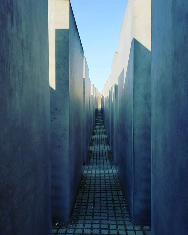 #tbt to our visit to The Memorial to the Murdered Jews of Europe. A somber and stark space that lent itself to reflection on humanity as well as the events that prompted the memorial. The quiet, hidden corridors juxtaposed with the sense of being always exposed were expertly crafted. (Peter Eisenman, architect; Buro Happold, engineer)
